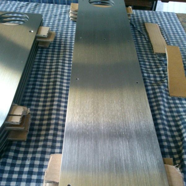 Hairline polishing of acid-proof steel sheet